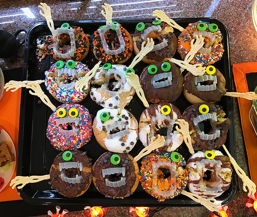 Halloween, Halloween party, cake, Halloween cake, witch, witch's cake, witch's finger, Celebrating Halloween, Halloween monsters, Halloween donut monsters,